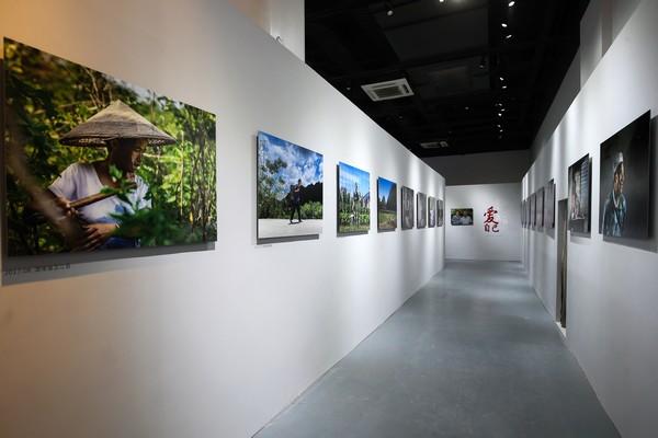 """6、由爱茉莉太平洋携手中国妇女发展基金会共同举办的""""妆典生命""""影像展在上海举行"""